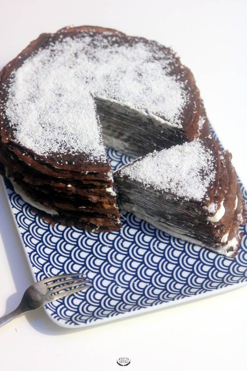 une part de gâteau de crêpes chocolat coco