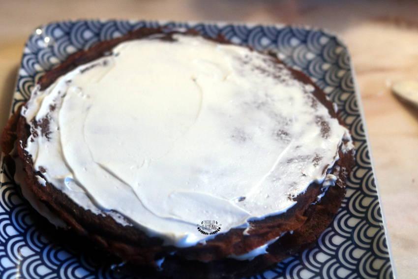 Montage du gâteau de crêpes au chocolat