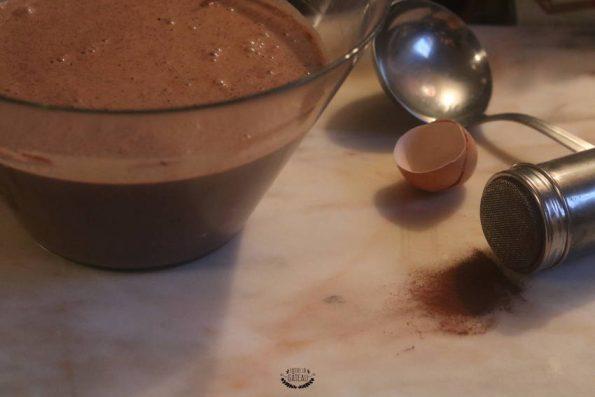 Préparation de la pâte à crêpes au chocolat