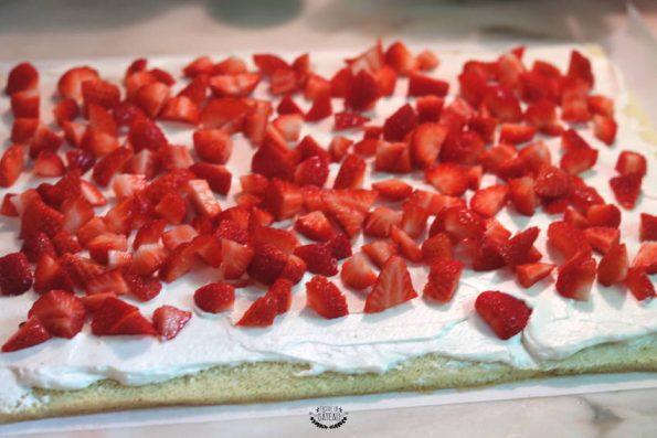 garnir un biscuit roulé aux fraises et chantilly