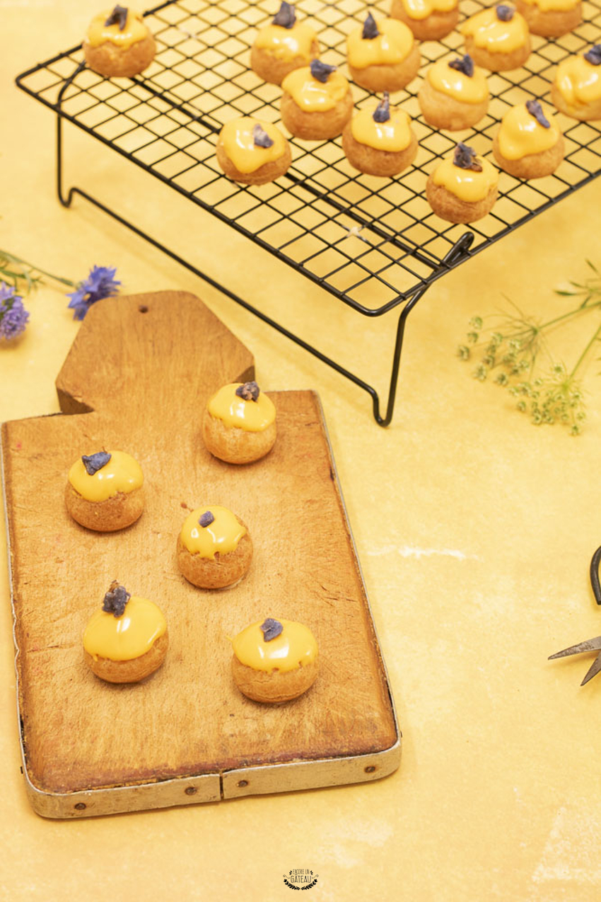 Faire des choux au citron et tout savoir pour réussir la pâte à choux à tous les coups, voici le programme de cette recette détaillée en pas à pas. #choux #citron #pateachoux #patisserie