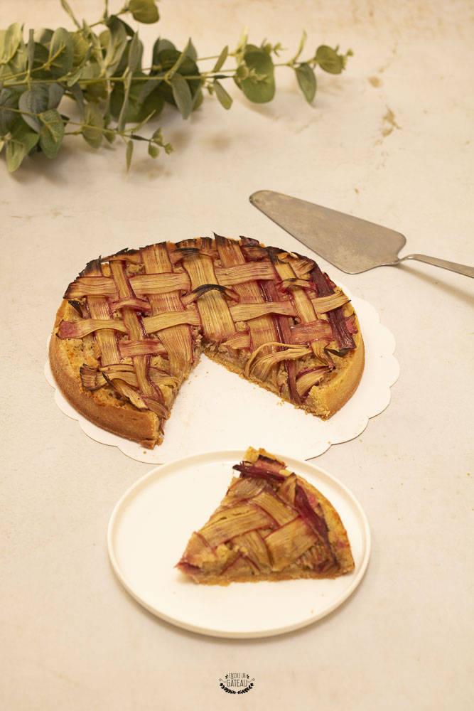 Dans cette recette de tarte amandine rhubarbe, la douceur de l'amande se marie à la perfection avec l'acidité de la rhubarbe. #tarte #rhubarbe #tarteamandine #cremedamandes