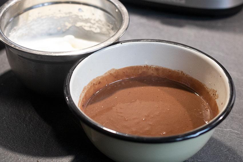 mélange ingrédients gâteau magique chocolat